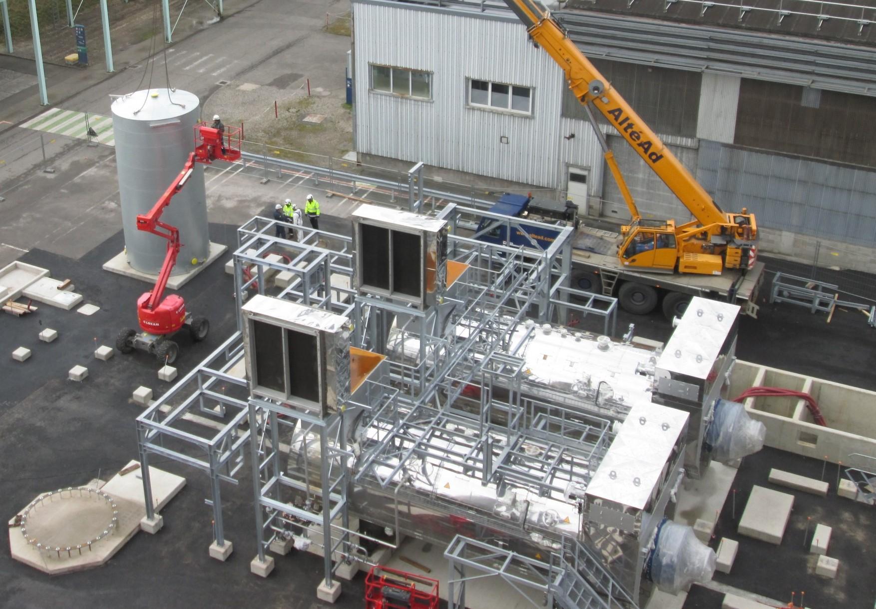 Chaufferie vapeur industrielle INEOS en cours de chantier avec 2 chaudières et condenseurs