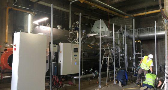 Chaudière eau surchauffée en cours d'installation